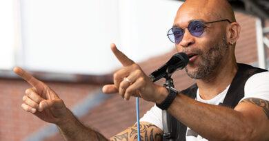 """Charles Simmons mit Bluefonque beim OpenAir des """"kulturnetzwerk blaues haus"""" Böblingen 2021"""