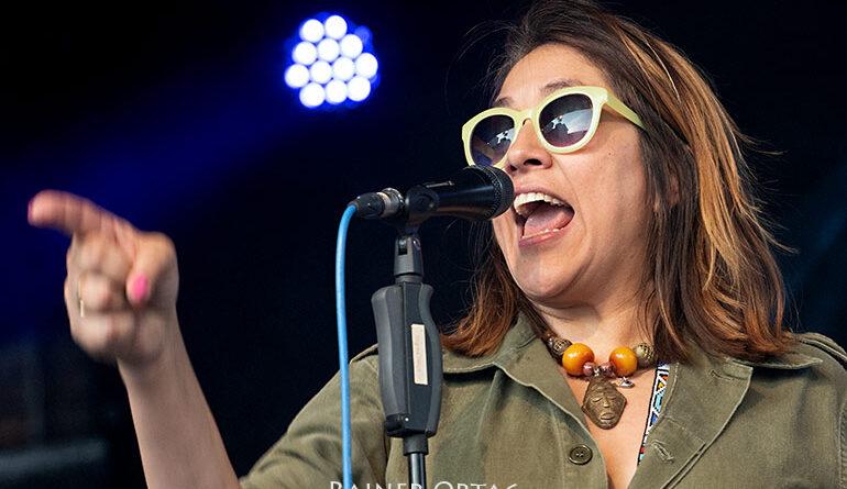 """Eva Leticia Padilla mit Bluefonque beim OpenAir des """"kulturnetzwerk blaues haus"""" Böblingen 2021"""