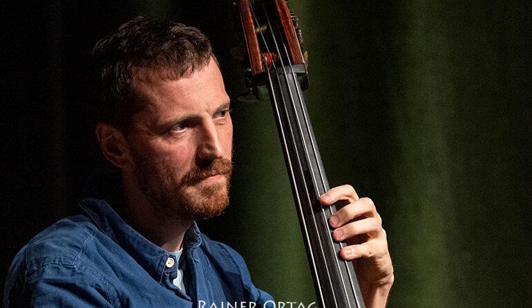 Phil Donkin mit dem Shai Maestro Trio beim Jazzfestival Esslinge 2021