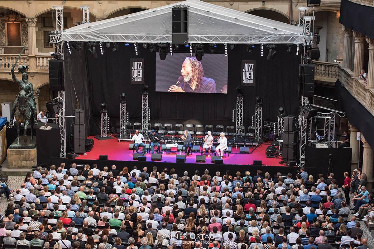 """Bobby McFerrin """"Gimme 5"""" bei der jazzopen Stuttgart 2019 im Altes Schloß"""